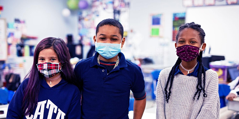 教室里戴着面具的学生.