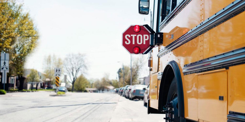 校车停在附近.